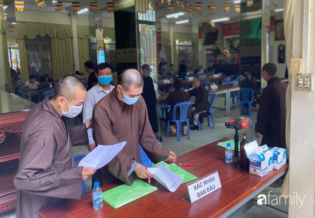 Éo le nhiều gia đình nhận chung hũ tro cốt người thân bị thất lạc di ảnh gửi tại chùa Kỳ Quang 2-3