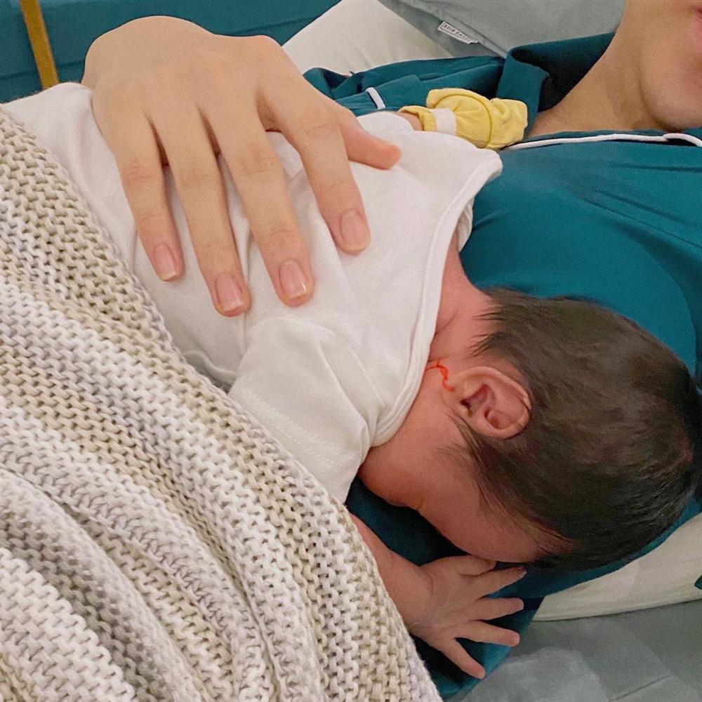 Con gái Cường Đô La xuất hiện cực ngầu, rất bụ bẫm dù mới 1 tháng tuổi-4