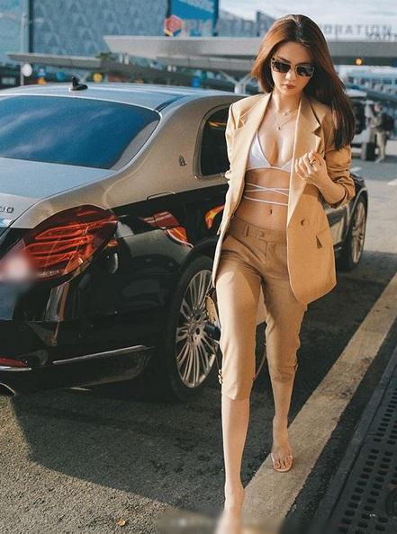 Ngọc Trinh diện hẳn bikini khoe chân ngực ra sân bay-3