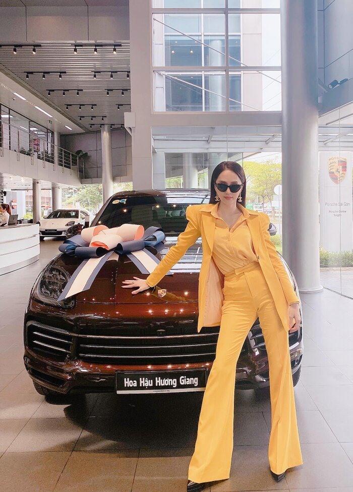 Choáng ngợp bộ sưu tập xe hơi vài chục tỷ của Hương Giang ở tuổi 29-4