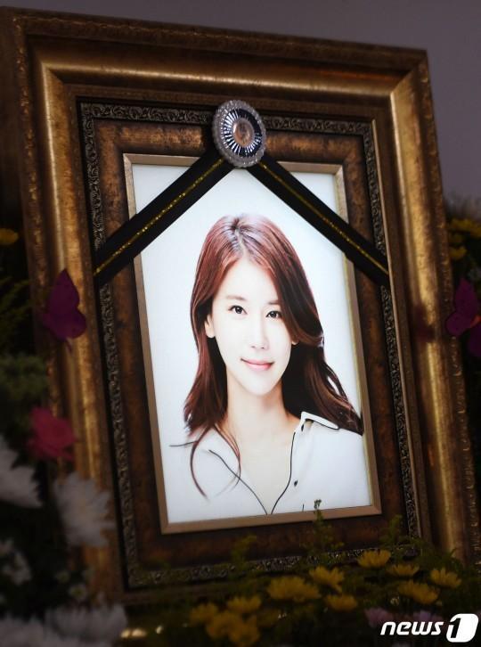 Những hình ảnh đầu tiên tại lễ tang mỹ nhân hở bạo Oh In Hye, nhìn di ảnh mà xót xa-1