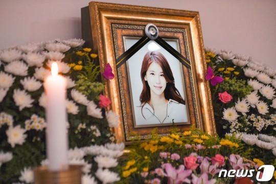 Những hình ảnh đầu tiên tại lễ tang mỹ nhân hở bạo Oh In Hye, nhìn di ảnh mà xót xa-2