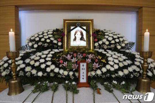 Những hình ảnh đầu tiên tại lễ tang mỹ nhân hở bạo Oh In Hye, nhìn di ảnh mà xót xa-3