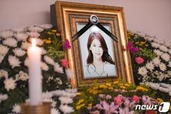 Những hình ảnh đầu tiên tại lễ tang 'mỹ nhân hở bạo' Oh In Hye, nhìn di ảnh mà xót xa