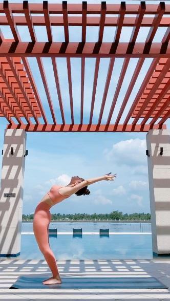 Mới ngày nào còn ngã nhào giờ đây Chi Pu trình diễn yoga múa điêu luyện-1