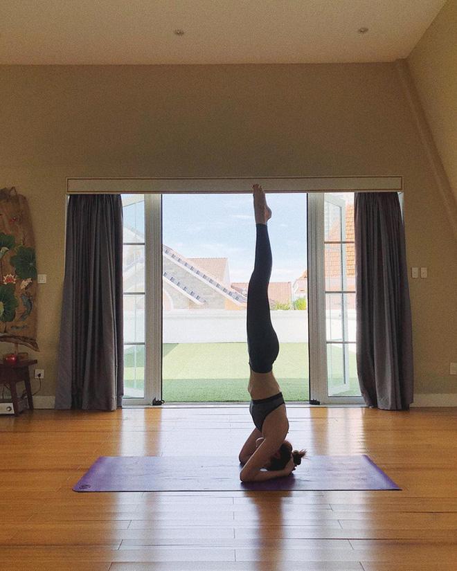 Mới ngày nào còn ngã nhào giờ đây Chi Pu trình diễn yoga múa điêu luyện-5