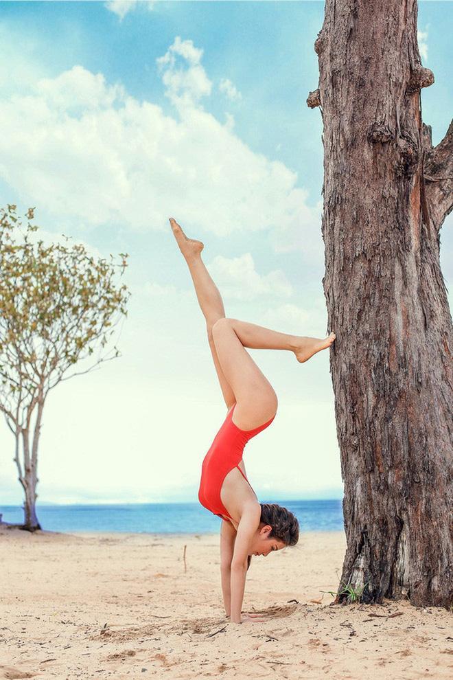 Mới ngày nào còn ngã nhào giờ đây Chi Pu trình diễn yoga múa điêu luyện-4