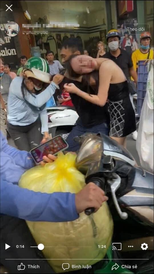 Vợ đánh ghen túm tóc xé váy bồ, chồng tung cước bóp cổ vợ giải cứu Tuesday-2