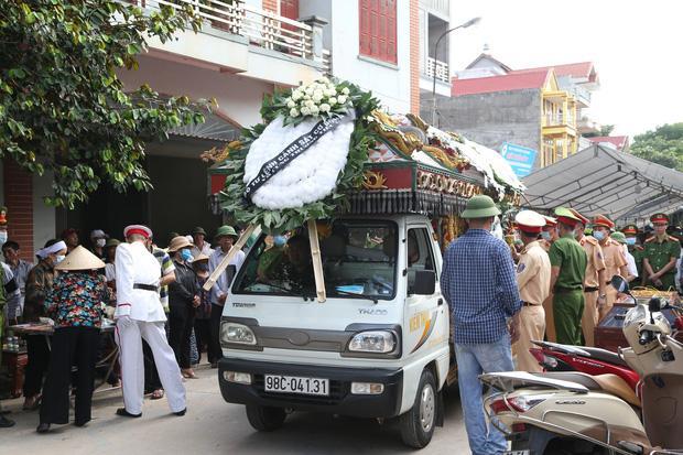 Đám tang đẫm nước mắt, hàng trăm người dân đến tiễn đưa chiến sĩ CSCĐ bị tài xế xe khách tông tử vong-9