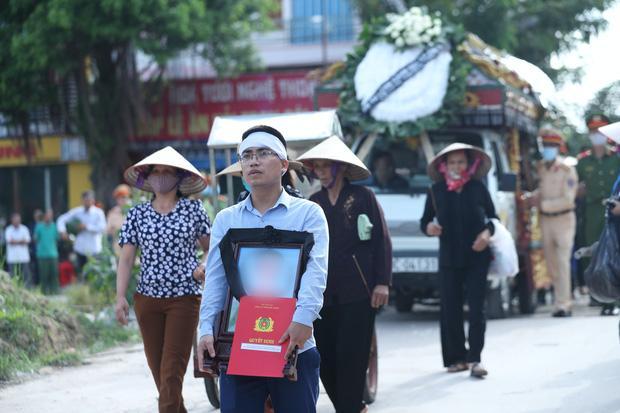 Đám tang đẫm nước mắt, hàng trăm người dân đến tiễn đưa chiến sĩ CSCĐ bị tài xế xe khách tông tử vong-14