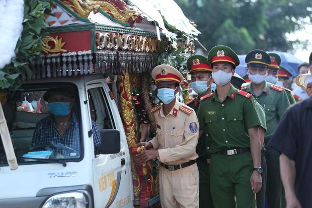 Đám tang đẫm nước mắt, hàng trăm người dân đến tiễn đưa chiến sĩ CSCĐ bị tài xế xe khách tông tử vong-16