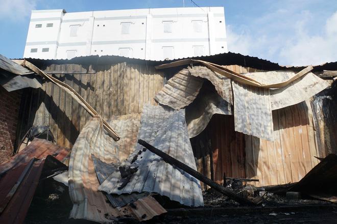Khu trọ quận 9 TP HCM cháy lớn, người dân bật khóc nhìn đống đổ nát-2