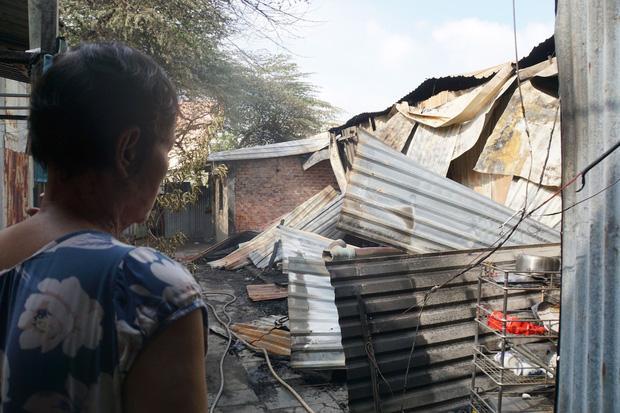 Khu trọ quận 9 TP HCM cháy lớn, người dân bật khóc nhìn đống đổ nát-4