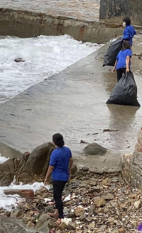 Phẫn nộ nhân viên quán cà phê Vũng Tàu thẳng tay ném hàng chục bao tải rác xuống biển-1