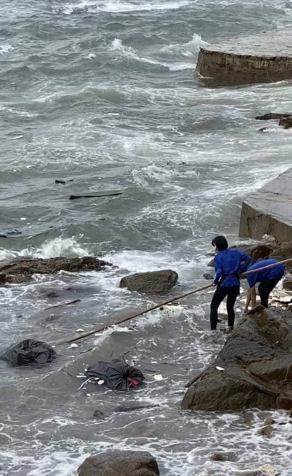 Phẫn nộ nhân viên quán cà phê Vũng Tàu thẳng tay ném hàng chục bao tải rác xuống biển-3