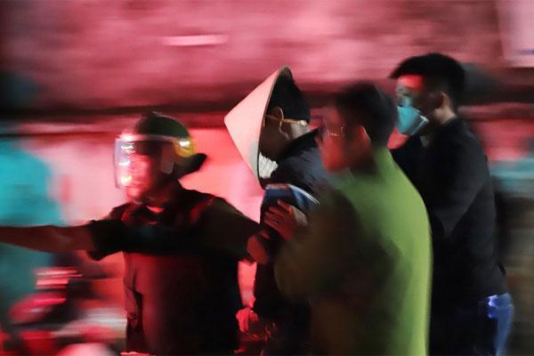 Nghẹt thở phá cửa bắt nghi phạm đâm chết em trai, cố thủ trong nhà ở Lâm Đồng-2