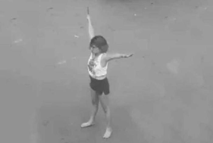 Cô gái trẻ nghi ngáo đá cầm dao phân luồng giao thông ở trung tâm TP. HCM-1