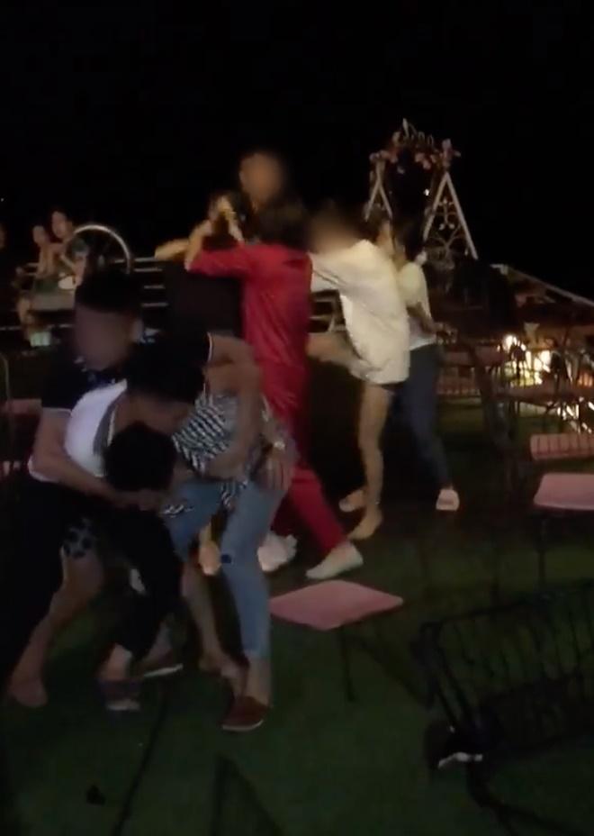 Lại đánh ghen kinh hoàng ở Hà Nội: Vợ cùng hội chị em xé áo Tuesday tơ hơ giữa phố-1