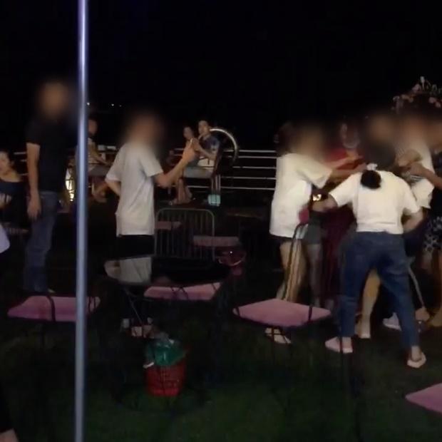 Lại đánh ghen kinh hoàng ở Hà Nội: Vợ cùng hội chị em xé áo Tuesday tơ hơ giữa phố-5