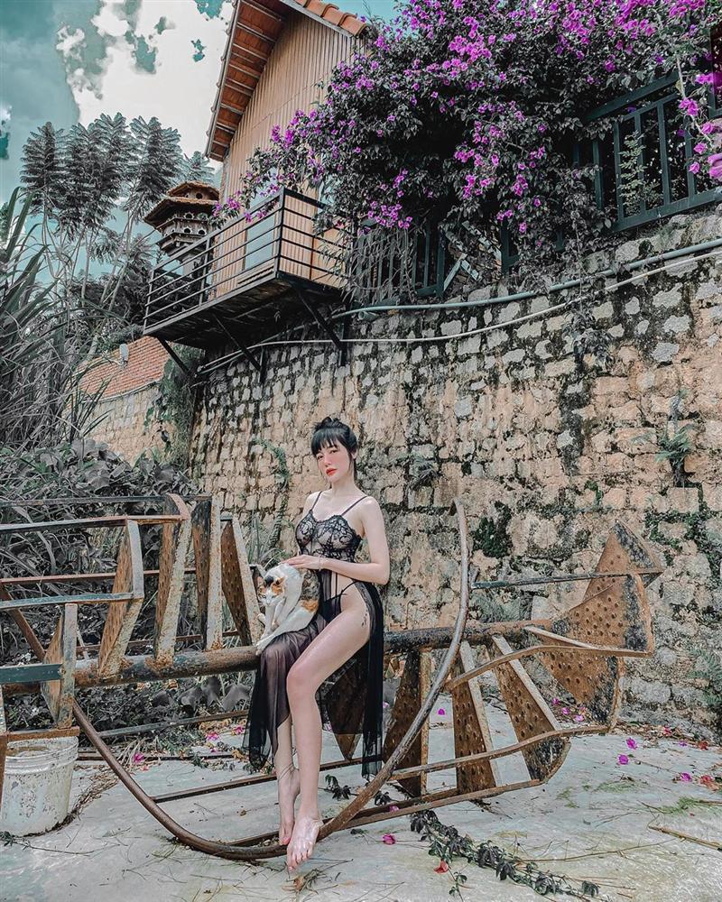 Bộ ba người đẹp Việt thường xuyên khủng bố mạng xã hội bằng ảnh khoe thân-11