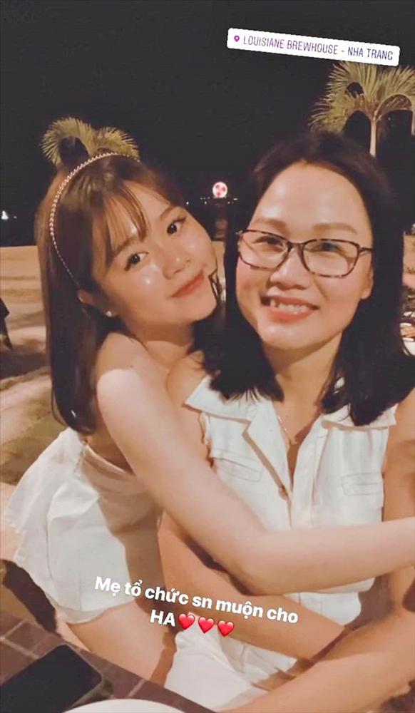 Bạn gái Quang Hải lần đầu khoe mẹ ruột, nhìn qua cứ ngỡ hai chị em-1