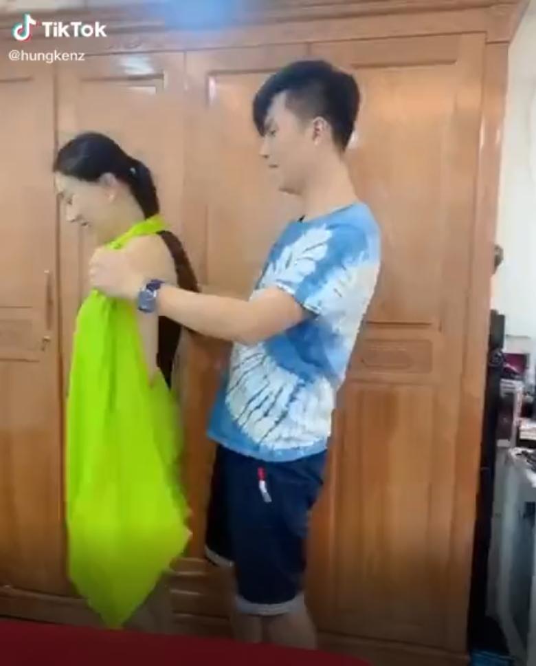 Chồng trẻ lóng ngóng tay chân khi mặc đồ cho Lâm Khánh Chi-1