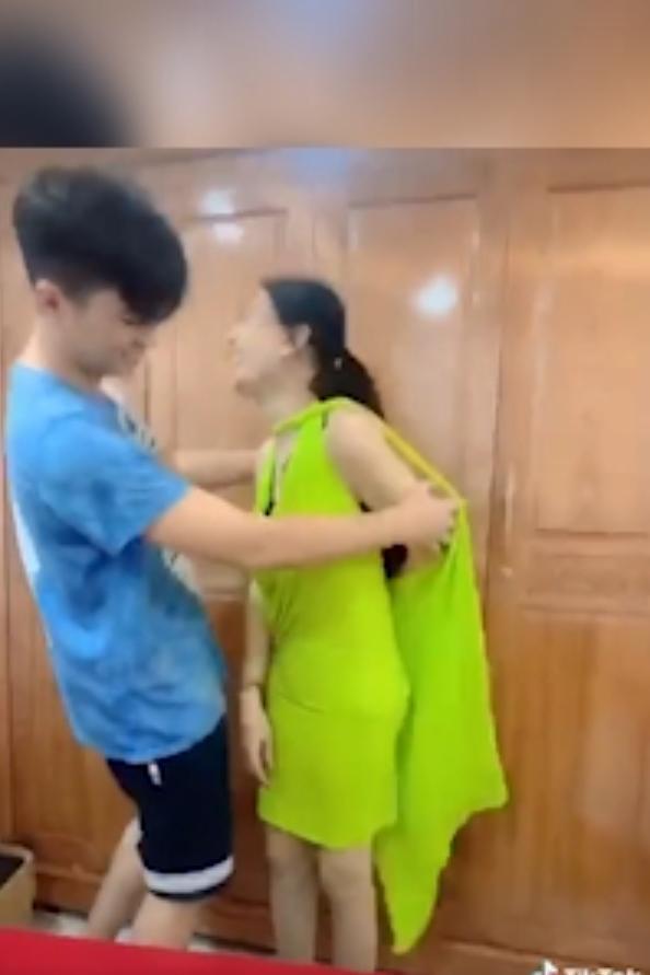 Chồng trẻ lóng ngóng tay chân khi mặc đồ cho Lâm Khánh Chi-2