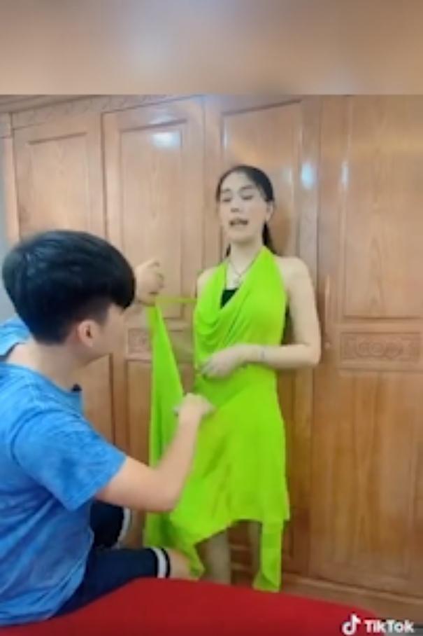 Chồng trẻ lóng ngóng tay chân khi mặc đồ cho Lâm Khánh Chi-3
