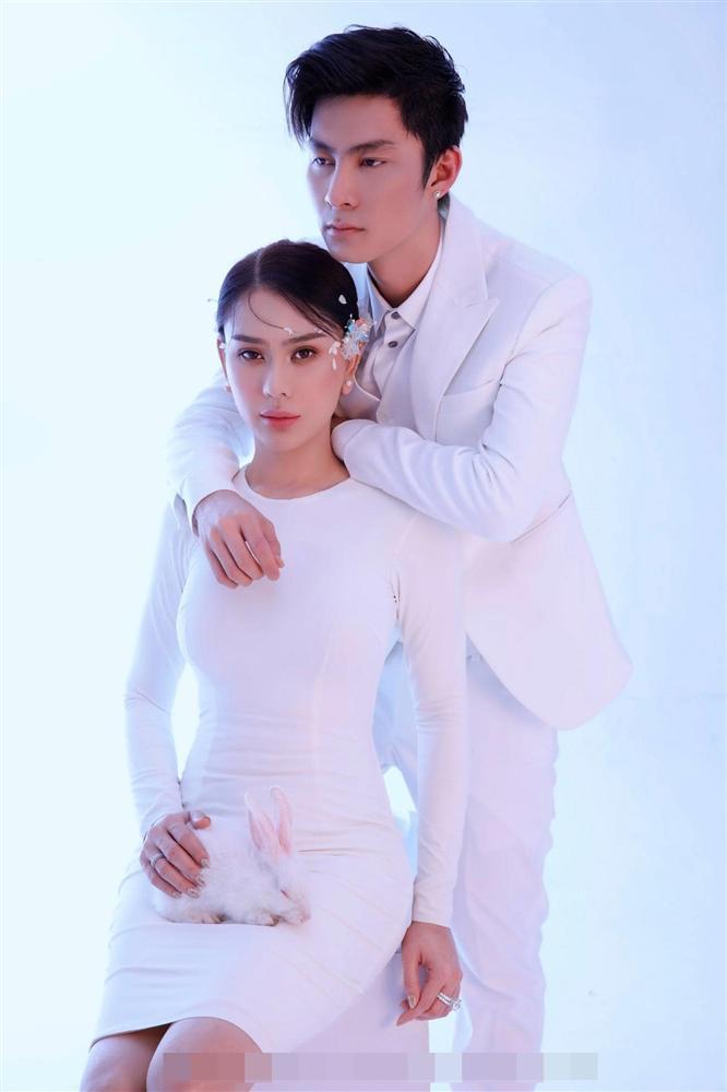 Chồng trẻ lóng ngóng tay chân khi mặc đồ cho Lâm Khánh Chi-6