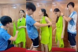 Chồng trẻ lóng ngóng tay chân khi mặc đồ cho Lâm Khánh Chi