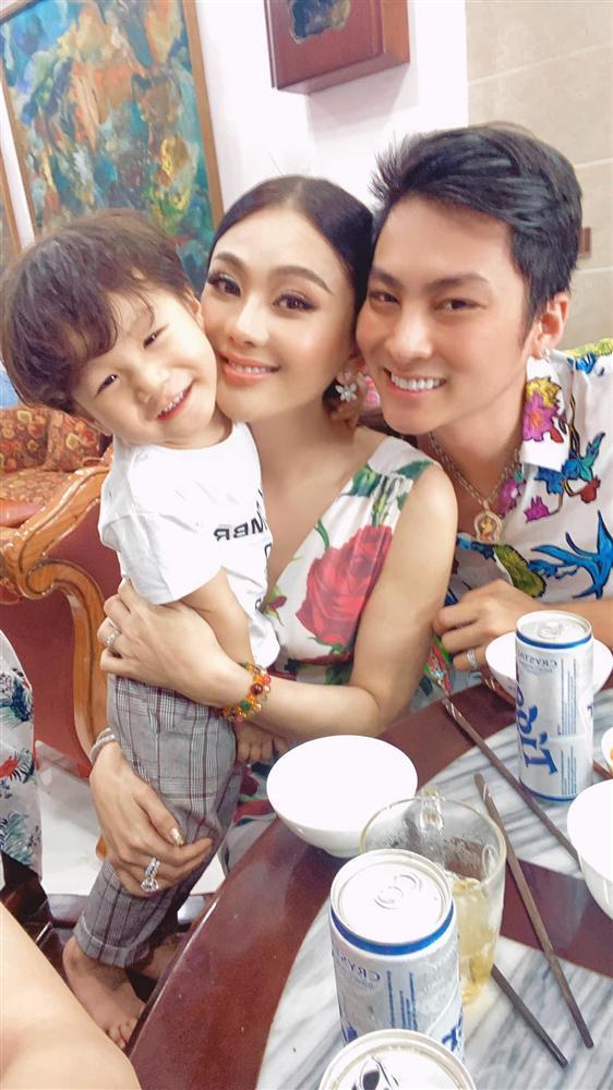 Chồng trẻ lóng ngóng tay chân khi mặc đồ cho Lâm Khánh Chi-7