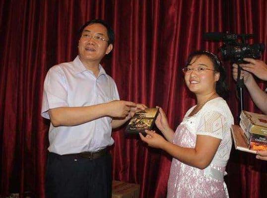 Cô bé chăn lợn được Trương Nghệ Mưu giúp nổi tiếng chỉ qua một đêm hiện sống thế nào?-8