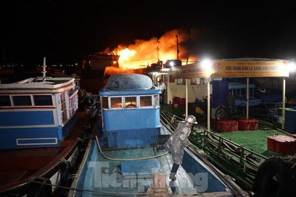 Hỏa hoạn bao trùm 3 tàu, xuồng ở Cam Ranh, thiệt hại ban đầu 14 tỷ đồng-2