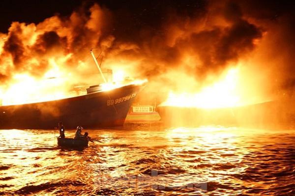 Hỏa hoạn bao trùm 3 tàu, xuồng ở Cam Ranh, thiệt hại ban đầu 14 tỷ đồng-1