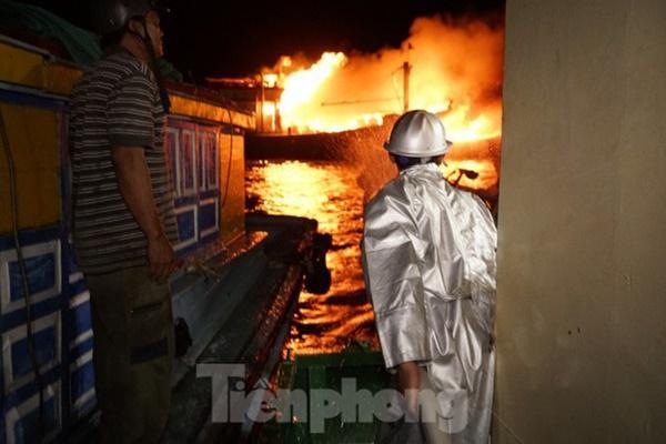 Hỏa hoạn bao trùm 3 tàu, xuồng ở Cam Ranh, thiệt hại ban đầu 14 tỷ đồng-4