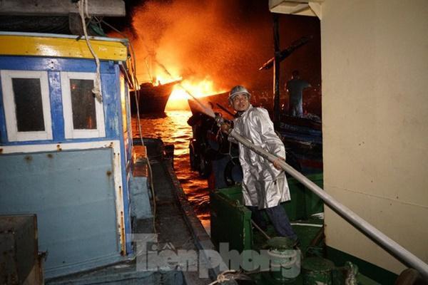 Hỏa hoạn bao trùm 3 tàu, xuồng ở Cam Ranh, thiệt hại ban đầu 14 tỷ đồng-6