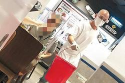 Tài tử TVB Bành Hoài An làm phục vụ quán ăn