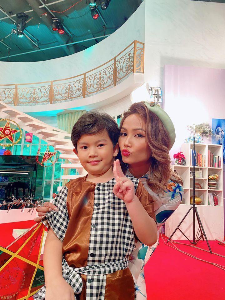 Biểu cảm cực kute của quý tử nhà Khánh Thi khi gặp hoa hậu HHen Niê-3