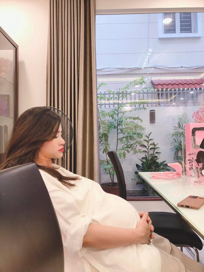 Bị chụp lén khi mang thai những tháng cuối, nhan sắc Đông Nhi gây chú ý hơn cả chiếc bụng bầu to tròn-1