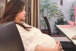 Bị chụp lén khi mang thai những tháng cuối, nhan sắc Đông Nhi gây chú ý hơn cả chiếc bụng bầu to tròn