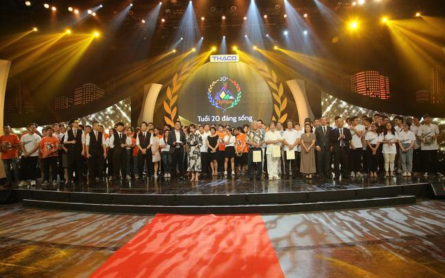 Khán giả tặng vòng nguyệt quế vàng 9999 nguyên chất cho Quán quân Olympia-1