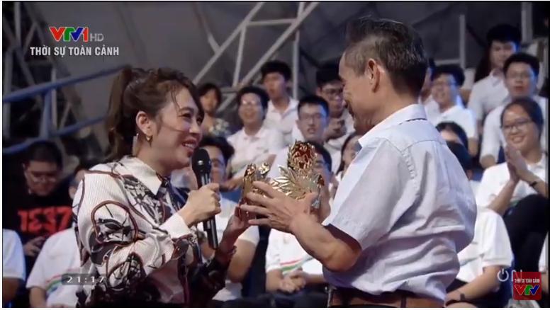 Khán giả tặng vòng nguyệt quế vàng 9999 nguyên chất cho Quán quân Olympia-2