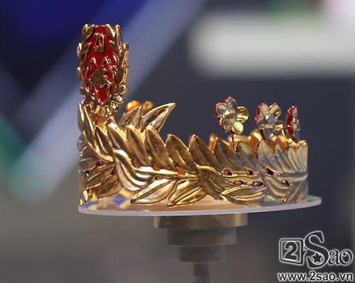 Khán giả tặng vòng nguyệt quế vàng 9999 nguyên chất cho Quán quân Olympia-3