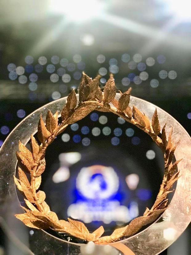 Cận cảnh vòng nguyệt quế bằng vàng thật của tân Quán quân Olympia 2020-4