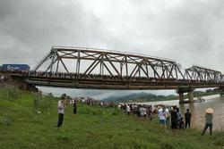 Danh tính cô gái trẻ đi xe ngã lọt xuống cầu, tài xế xe tải lao xuống cứu bất thành khiến 2 người tử vong