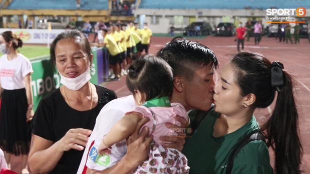 Khánh Linh đắm đuối hôn Bùi Tiến Dũng, mẹ chồng đứng cạnh ngượng ngùng quay mặt đi-3