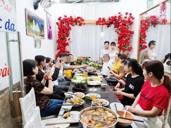Chị Thu Sao tổ chức tiệc kỷ niệm 2 năm ngày cưới, diện váy cô dâu đứng tiếp khách-4