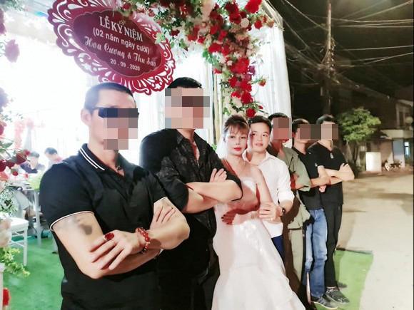 Chị Thu Sao tổ chức tiệc kỷ niệm 2 năm ngày cưới, diện váy cô dâu đứng tiếp khách-1
