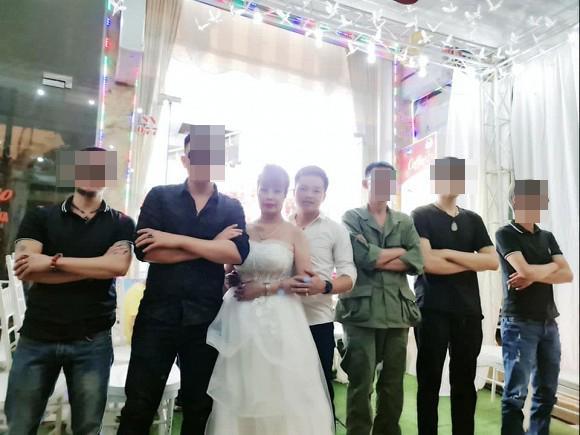 Chị Thu Sao tổ chức tiệc kỷ niệm 2 năm ngày cưới, diện váy cô dâu đứng tiếp khách-2