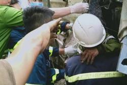 Clip: Nghẹt thở phá ca-bin giải cứu 2 người mắc kẹt do lật xe trên đèo Chiềng Đông
